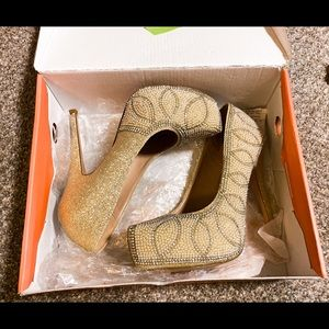 NWT De Blossom Collection pearly beaded heels